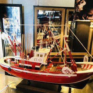 Bateau de pêche rouge GM