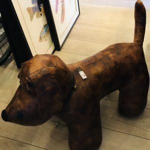Pouf chien en cuir marron